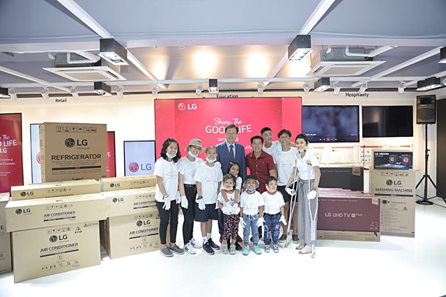 LG Managing Director Inkwun Heo formally turns over